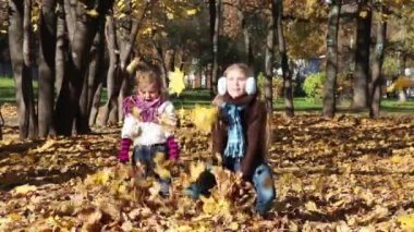 Two kids throw leaves — Stock Video