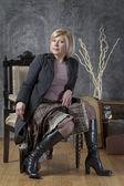 Atrakcyjna kobieta pozowanie w fotelu — Zdjęcie stockowe