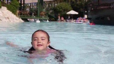 Little girl having fun in a swimming pool — Stock Video