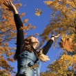 Throwing leaves in the park — Stock Photo