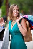 Mujer feliz de compras en la ciudad — Foto de Stock