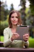 Kobieta z cyfrowy tabletki na zewnątrz — Zdjęcie stockowe