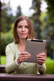 žena s digitálním tabletu venku — Stock fotografie