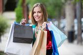 Mulher feliz com sacos de compras — Foto Stock