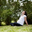 Foto Stock: Pregnant Woman in Park