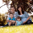 Family Portrait in Park — Stockfoto