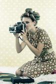 Kvinna med fotografi — Stockfoto