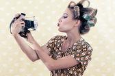 Kvinnan tar självporträtt — Stockfoto