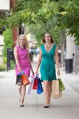 Frauen mit Einkaufstaschen auf Bürgersteig — Stockfoto