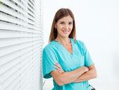Kendine güvenen bayan diş hekimi kliniği — Stok fotoğraf