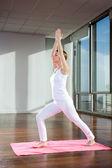 女人练习瑜伽垫上 — 图库照片