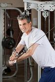 成熟的男人在健身中心锻炼 — 图库照片