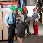 Руководители с цифровой планшет работать на склад — Стоковое фото