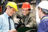 Arbetstagare och handledare på lager — Stockfoto