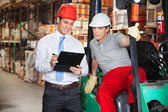 Supervisor Showing Clipboard To Foreman — Foto Stock