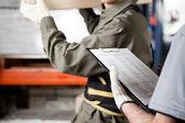 Arbetsledare och handledare arbetar på lager — Stockfoto