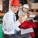 toezichthouder en vorkheftruck stuurprogramma gebaren duimen omhoog — Stockfoto