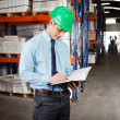 Supervisor Writing Notes At Warehouse — Stockfoto