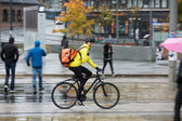 Muž cyklista s batohem na ulici — Stock fotografie