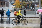 Street sırt çantası ile erkek bisikletçi — Stok fotoğraf