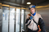 Fiets courier in lift — Stockfoto