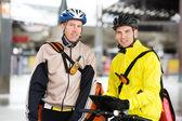 Livreurs de courier avec les vélos à l'aide de tablette numérique — Photo