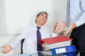 Geschäftsleute haufen arbeit überwältigt — Stockfoto