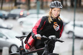Female Cyclist With Courier Bag Using Walkie-Talkie — Stock Photo