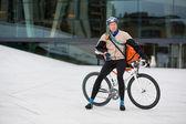 Ciclista masculino con bolsa de mensajero en bicicleta — Foto de Stock