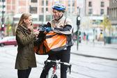 Genç kadın kurye teslimat adam gösteren dijital tablet — Stok fotoğraf
