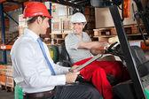 Heftruck chauffeur communiceren met toezichthouder — Stockfoto