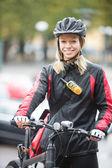 Genç kadın bisikletçi kurye dağıtım çantası — Stok fotoğraf