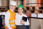 Supervisores jóvenes confiados en almacén — Foto de Stock
