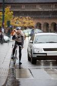 Ciclista hombre con mochila usando walkie-talkie en la calle — Foto de Stock