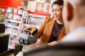 Mobiltelefon betalning med nfc — Stockfoto