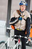 Ciclista masculino con bolsa de mensajero con walkie-talkie — Foto de Stock