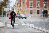 Kurye teslimi torbalı sokakta kadın bisikletçi — Stok fotoğraf