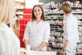 Client aide pharmacien femelle — Photo
