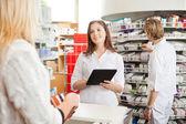 Farmacista con tavoletta digitale — Foto Stock