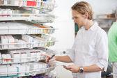 Prescription de remplissage pharmacien mâle — Photo