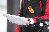 Kadın bisikletçi kurye paketin holding — Stok fotoğraf