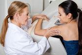 Arts meewerkende patiënt tijdens mammografie — Stockfoto