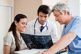 Profesionales médicos de revisión de rayos x — Foto de Stock