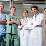 医疗专业人员站在一起的手折叠 — 图库照片