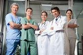 Professionnels médicaux, debout, mains jointes — Photo