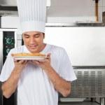 chef que huele dulce plato de cocina — Foto de Stock