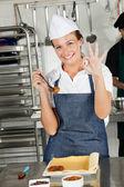 Mujer chef bien señales en cocina — Foto de Stock