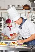 男厨师瞻菜 — 图库照片