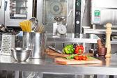 Pâtes spaghetti et les poivrons sur le comptoir de cuisine — Photo