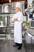 相信男性厨师在厨房里 — 图库照片